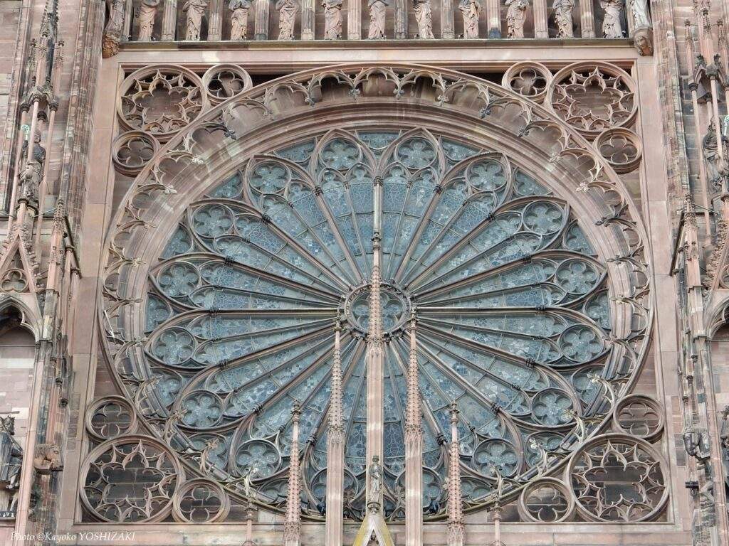 ストラスブール大聖堂のバラ窓を外から見る
