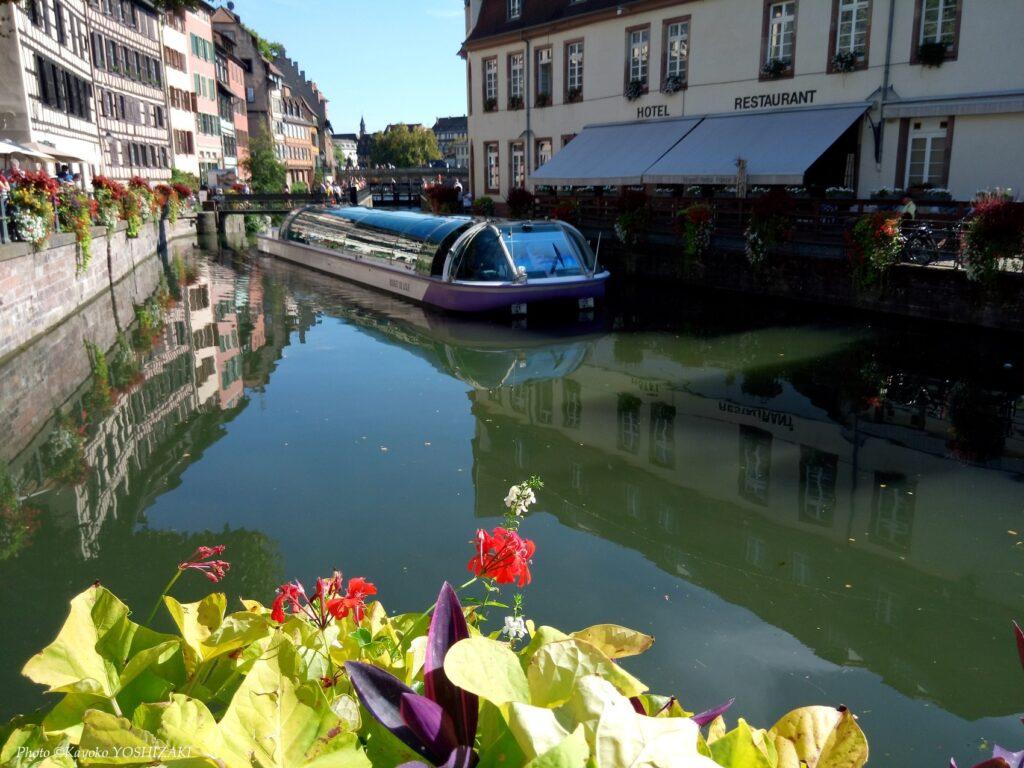 ストラスブールのプティット・フランス地区を通過する遊覧船
